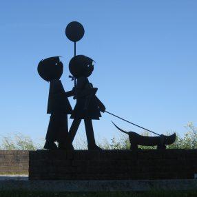 Beeld van Jip en Janneke aan de Waalkade in Zaltbommel