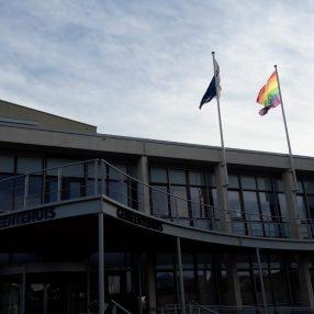 regenboogvlag op gemeentehuis