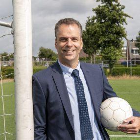 Wethouder Nico Bults met een voetbal