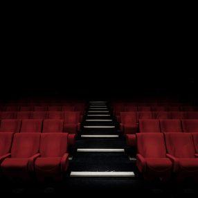 Lege stoelen in het theater